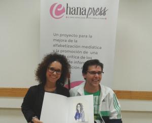 Marta Castillo y José Antonio Carmona muestran el dibujo realizado por Silvia Pereira./Chana Press