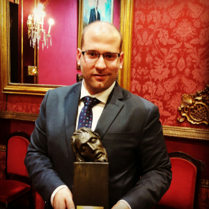 Jesús Arco con el Premio Domingo Sánchez Mesa./Foto cedida por J.A.